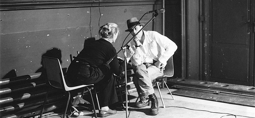 Joseph Beuys en Louwrien Wijers in gesprek in 1978 in Arnhem